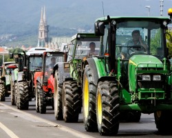 Croatian farmers drive their tractors through the streets of Zagreb June 10, 2009. The farmers were protesting against the low prices of milk and unpaid government subsidies.  REUTERS/Nikola Solic (CROATIA CONFLICT EMPLOYMENT BUSINESS)